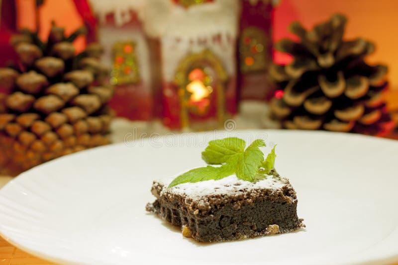 Läcker chokladkaka på en vit platta som dekoreras med en blomma stekhett hemlagat Traditionell amerikansk paj Pecann?t- och kumqu royaltyfria foton