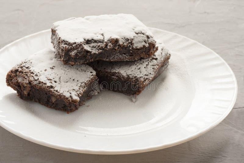Läcker chokladkaka på en vit platta som dekoreras med en blomma stekhett hemlagat Traditionell amerikansk paj Pecann?t- och kumqu royaltyfri bild