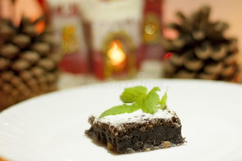 Läcker chokladkaka på en vit platta som dekoreras med en blomma stekhett hemlagat Traditionell amerikansk paj Pecann?t- och kumqu royaltyfria bilder