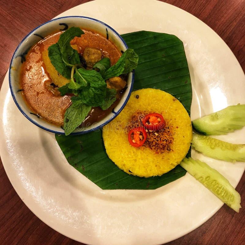 Läcker currydeg med gula ris på plattan fotografering för bildbyråer