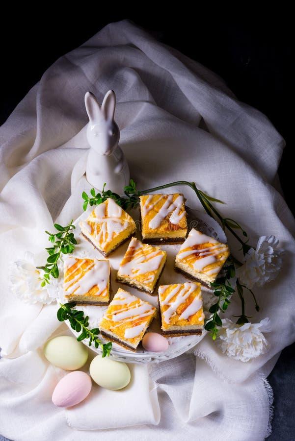 Läcker easter vallmofrökaka med vit glasyr arkivfoton