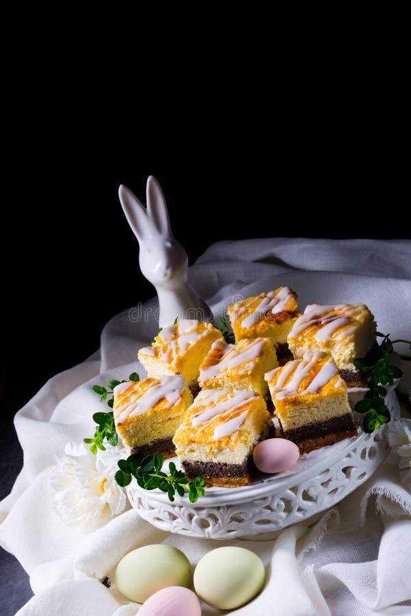 Läcker easter vallmofrökaka med vit glasyr royaltyfri bild