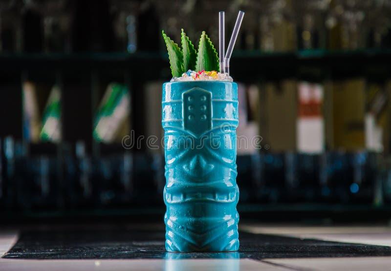 Läcker exotisk coctail i ett exponeringsglas av voodoo arkivfoton