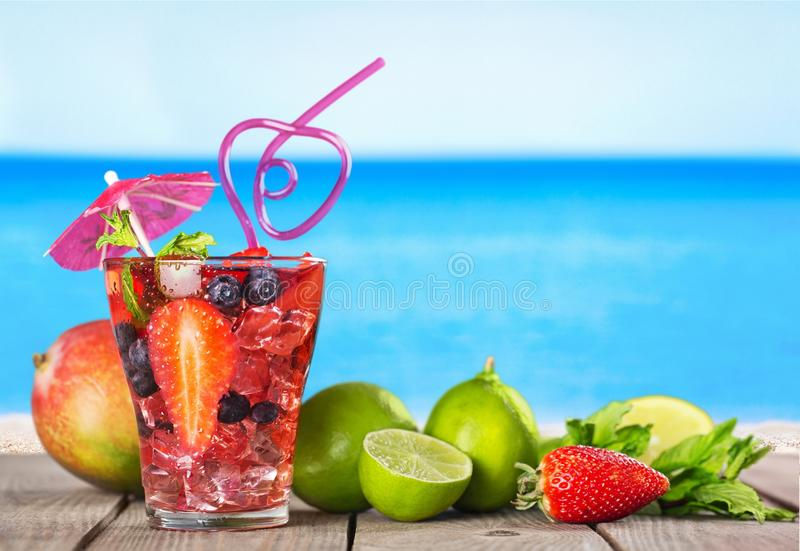 Läcker fruktsaft med nya bär i exponeringsglas på royaltyfri bild