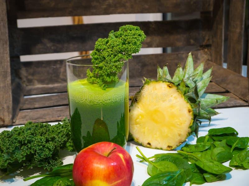 Läcker grön grönkålSmoothie med ananas och Apple arkivfoto