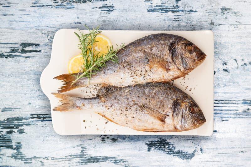 Läcker grillad fisk för havsbraxen arkivfoto
