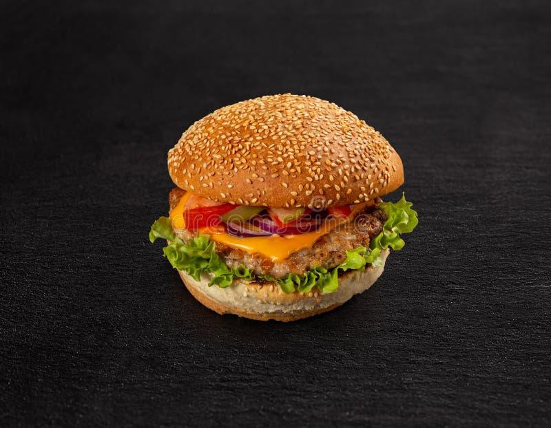 Läcker grillad hamburgare royaltyfri bild