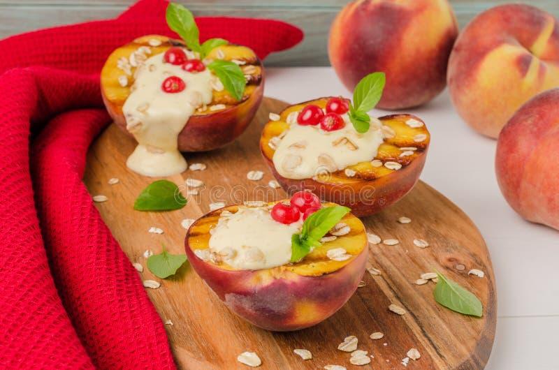 Läcker grillad persikaefterrätt royaltyfri foto