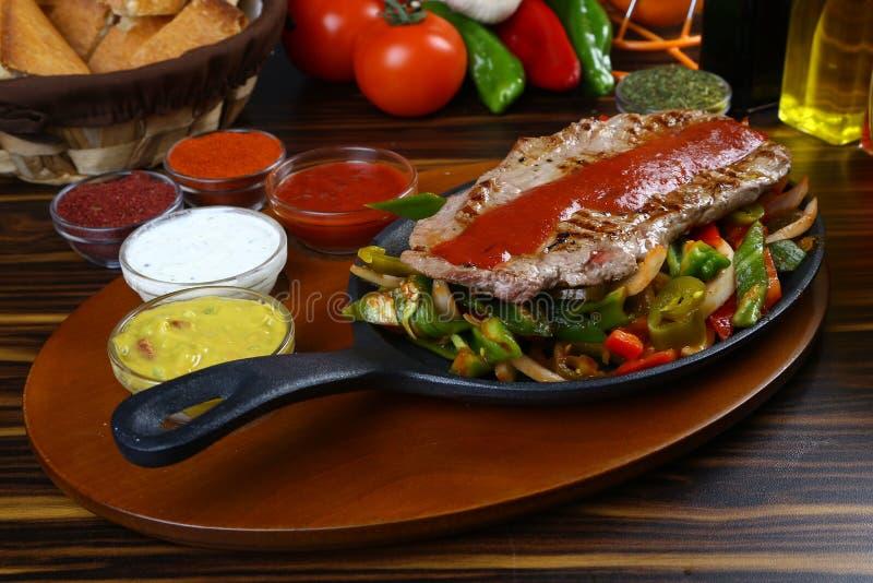 läcker grillad steakgrönsak för nötkött arkivbild