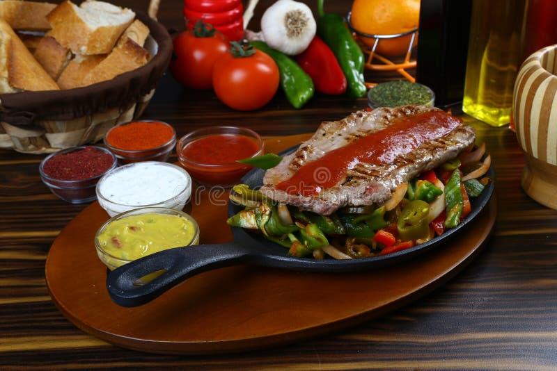 läcker grillad steakgrönsak för nötkött royaltyfri foto