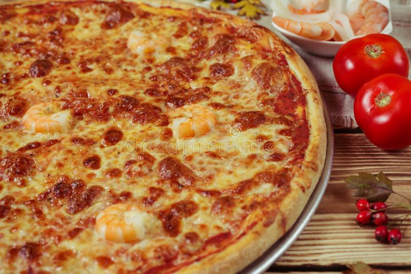 Läcker havs- italiensk pizza tjänade som på trätabellen arkivbild