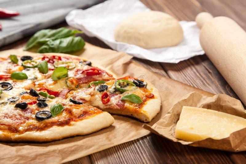 Läcker hem- gjord pizza royaltyfri fotografi