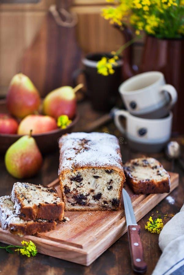 Läcker hemlagad choklad och päron släntrar kakan royaltyfri foto
