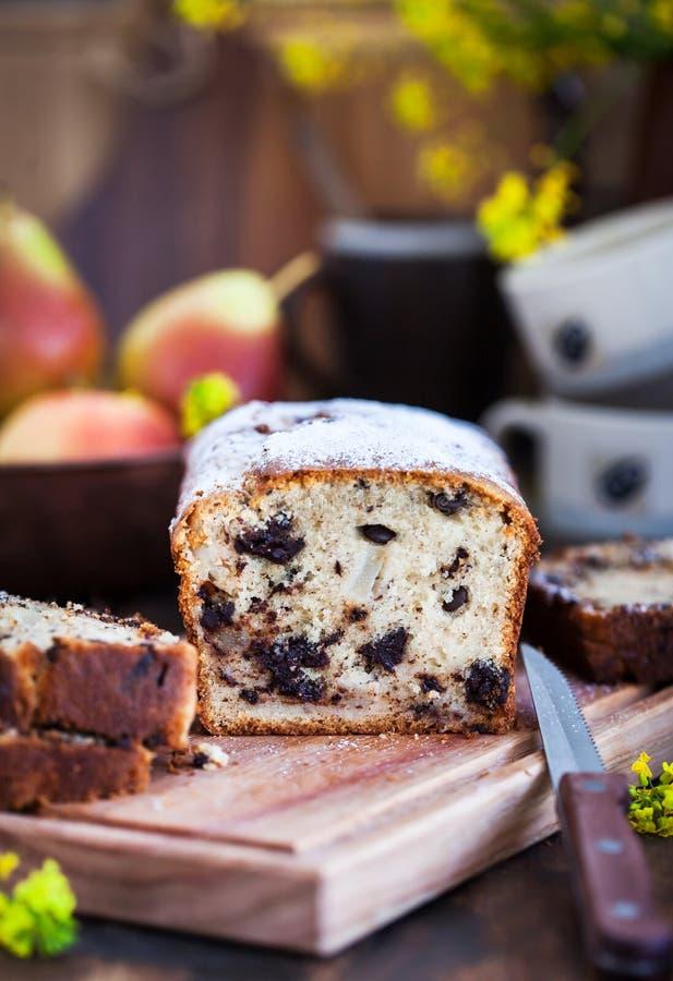 Läcker hemlagad choklad och päron släntrar kakan arkivbilder