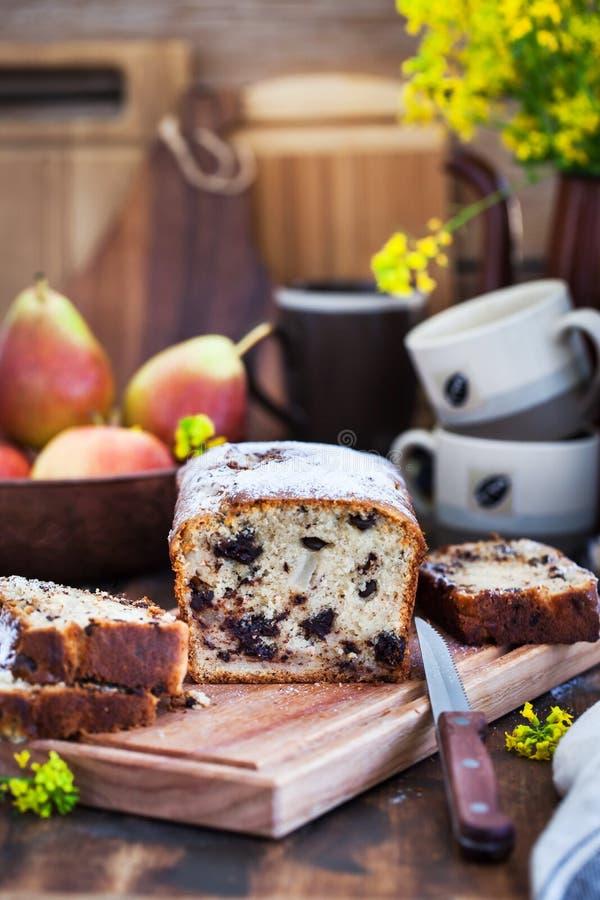 Läcker hemlagad choklad och päron släntrar kakan arkivfoton