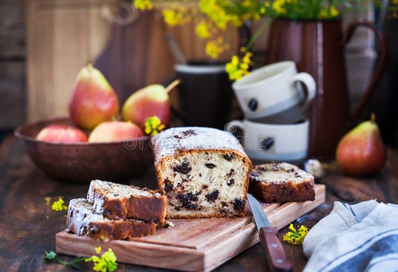 Läcker hemlagad choklad och päron släntrar kakan royaltyfri bild