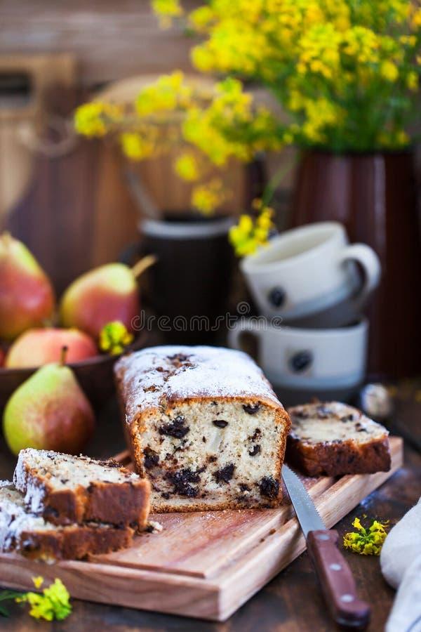 Läcker hemlagad choklad och päron släntrar kakan royaltyfri fotografi