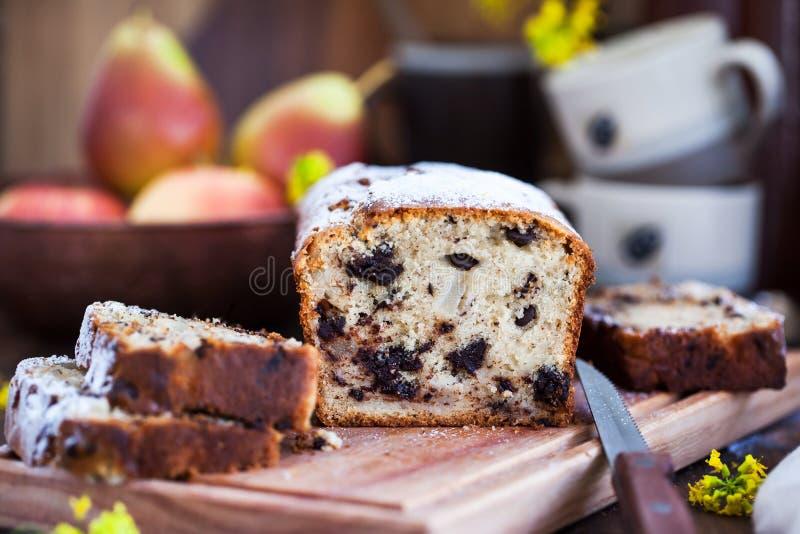 Läcker hemlagad choklad och päron släntrar kakan på lantlig träbakgrund arkivbilder