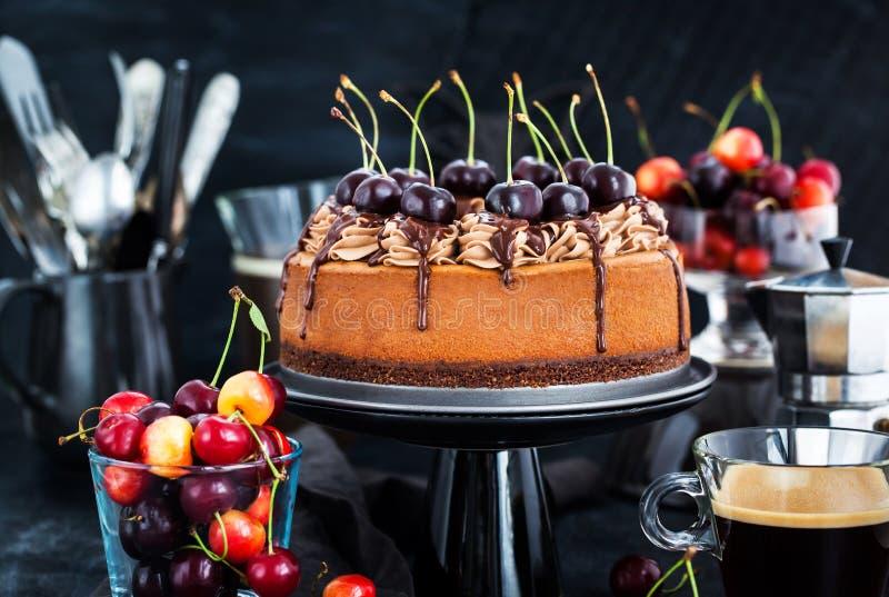 Läcker hemlagad chokladostkaka dekorerade med ny che royaltyfri fotografi