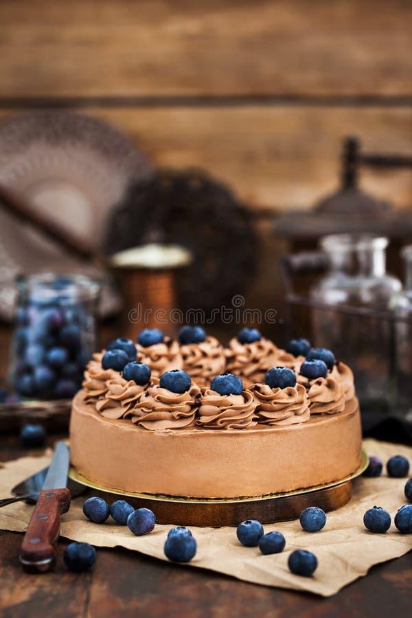 Läcker hemlagad chokladostkaka dekorerade med nya blåbär arkivbild