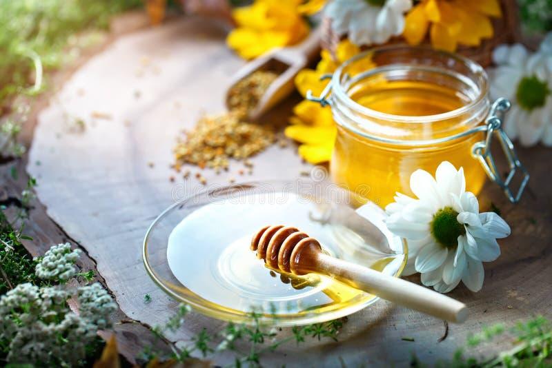 Läcker honung och nytt pollen av blommor på en trätabell Selektivt fokusera royaltyfria foton