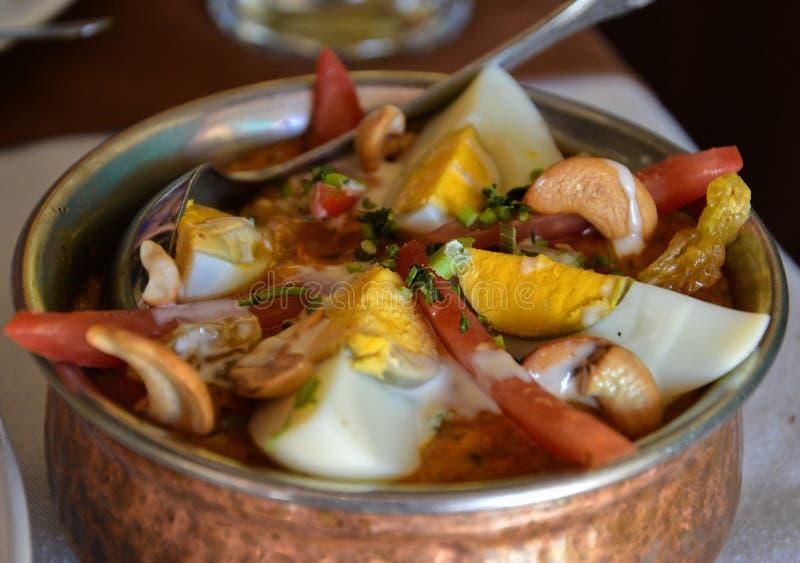 Läcker indisk kokkonst i en bronskruka royaltyfri fotografi