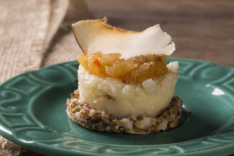 Läcker kaka med ny ananasgelé, den frasiga kokosnöten, kastanjen och data royaltyfri fotografi