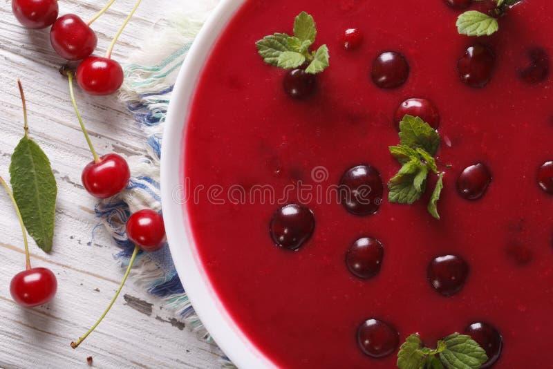 Läcker kall körsbärsröd soppa i en bunkemakro horisontalbästa sikt arkivfoto
