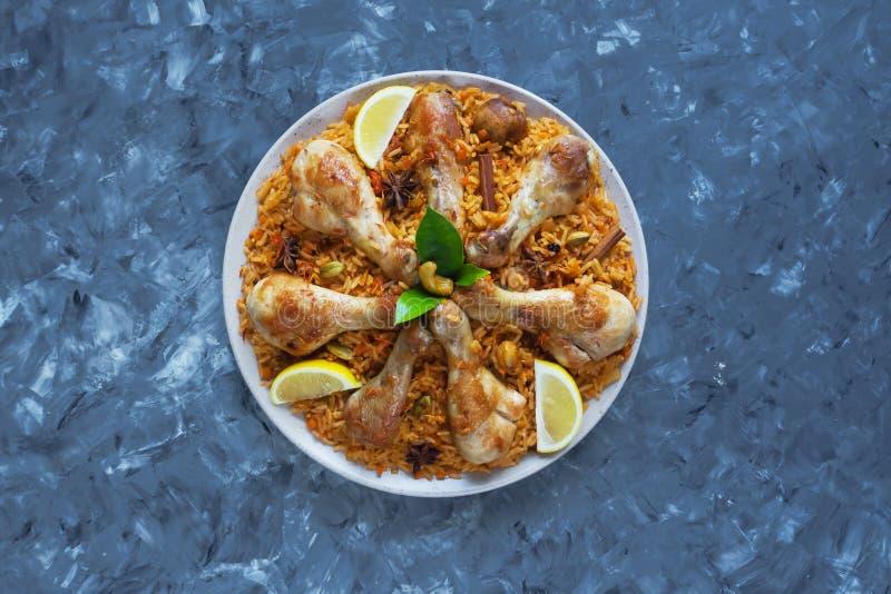 Läcker kryddig höna Biryani i den vita bunken på svart indisk eller pakistansk mat för bakgrund, royaltyfri fotografi