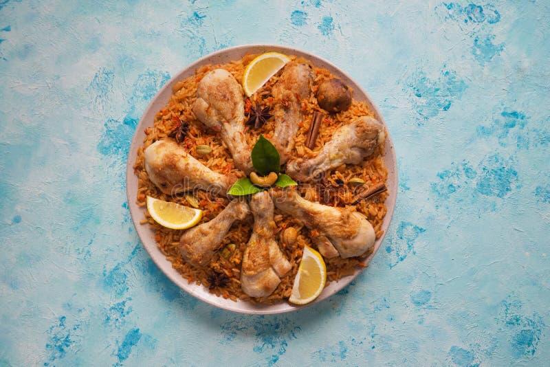 Läcker kryddig höna Biryani på den blåa tabellen arkivfoton