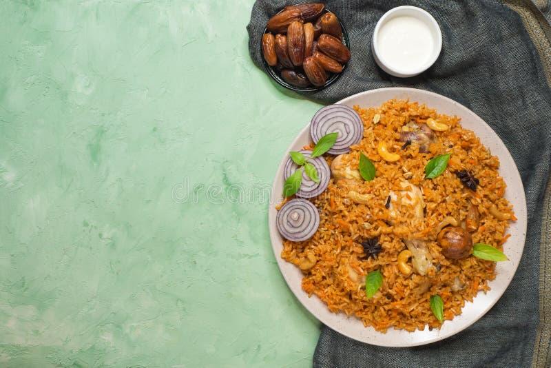 Läcker kryddig höna med ris, indisk mat royaltyfri fotografi