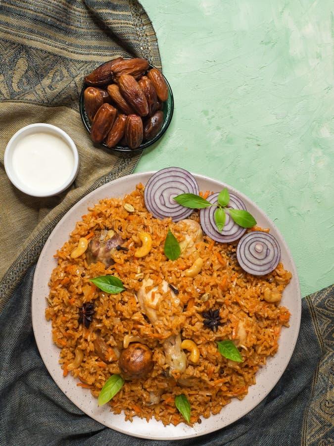 Läcker kryddig höna med ris, indisk mat royaltyfri bild