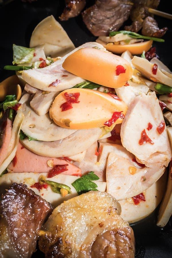 Läcker kryddig thai mat av den blandningsallad och varmkorven royaltyfria bilder