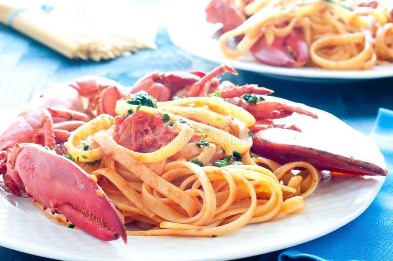Läcker lagad mat italiensk pasta med en sås av humret arkivfoto