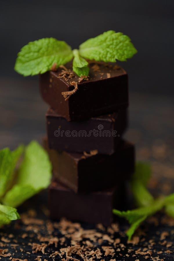 Läcker mörk choklad med mintkaramellen på träbakgrund fotografering för bildbyråer
