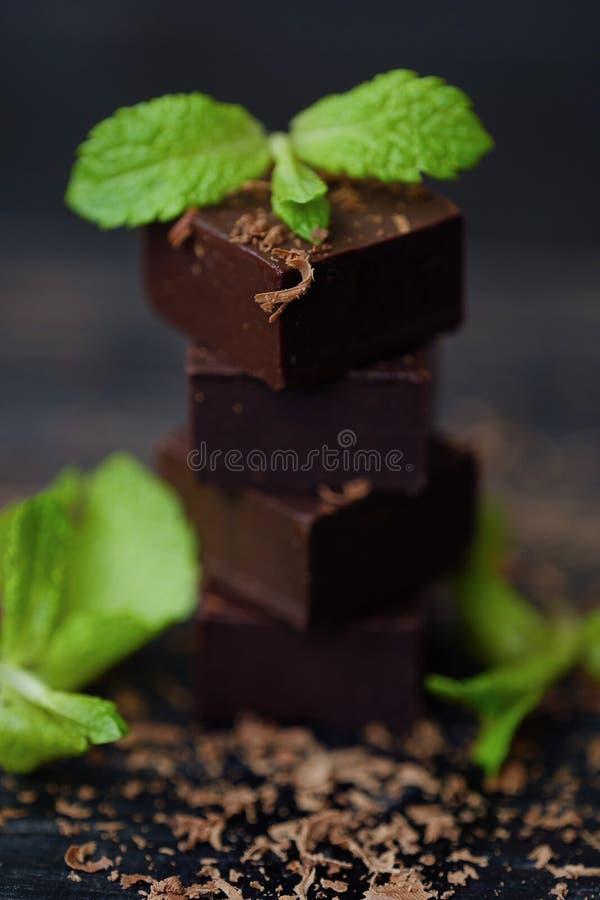 Läcker mörk choklad med mintkaramellen på träbakgrund royaltyfri fotografi