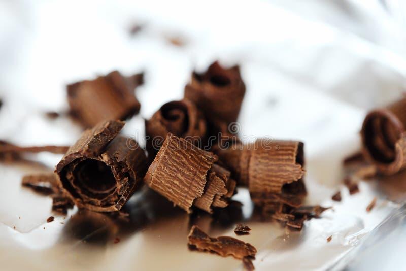 Läcker mörk choklad på foliebakgrunden arkivfoto