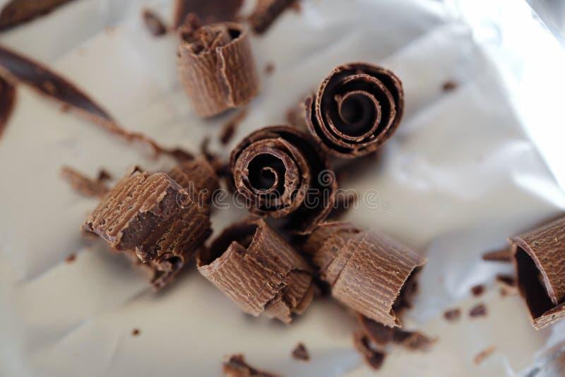 Läcker mörk choklad på foliebakgrunden fotografering för bildbyråer