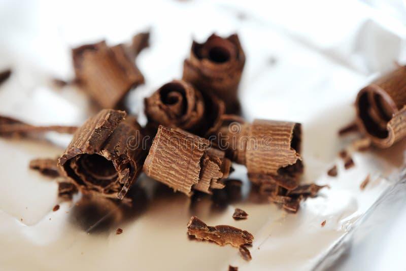 Läcker mörk choklad på foliebakgrunden royaltyfria foton