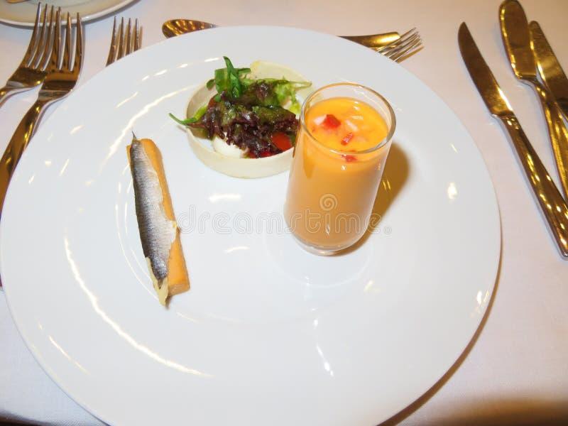 Läcker mat i minimalist intensiv anstrykning och härliga färger royaltyfria foton