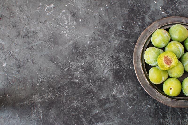 Läcker mogen grön bakgrund för betong för plommonrenklosvart royaltyfria foton