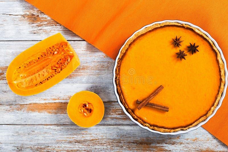 Läcker ny rund ljus orange hemlagad pumpapaj royaltyfria bilder