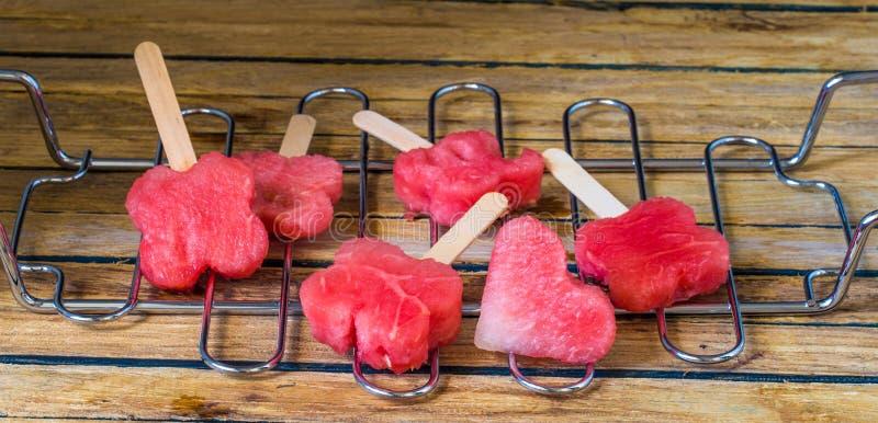 Läcker ny vattenmelon med blåbär på ett metallraster royaltyfria foton