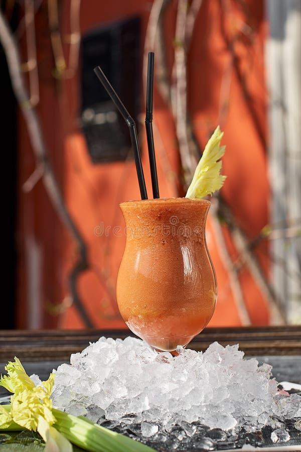 Ätlig och klassisk cocktail av selleri som är täckt med stjälk Förmånsdrickande Hälsokost Hälslig fotografering för bildbyråer