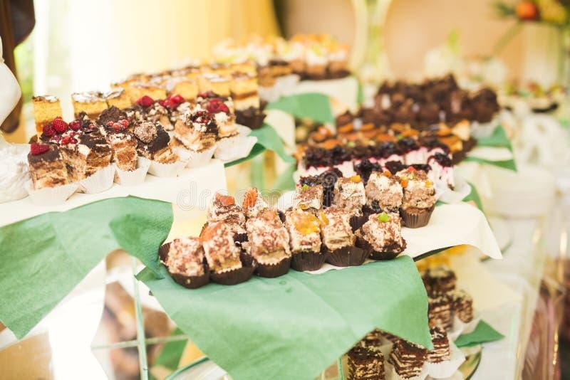 Download Läcker Och Smaklig Efterrätttabell Med Muffinskott På Mottagandecloseupen Arkivfoto - Bild av muffin, garneringar: 78727350