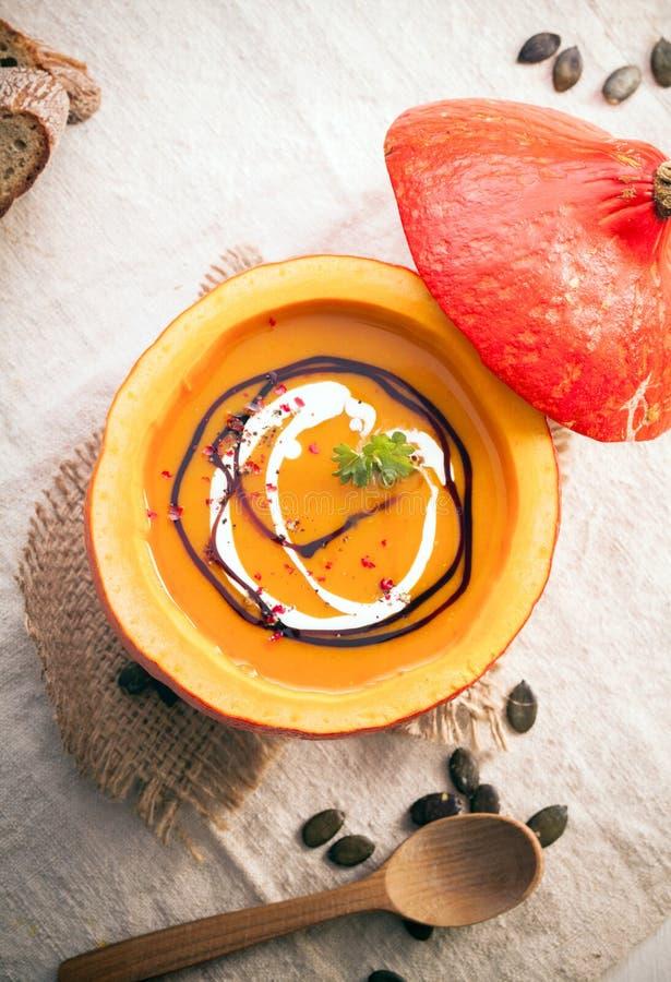 Läcker orange soppa för höstpumpa royaltyfri bild