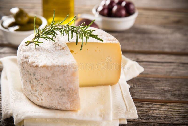 Läcker ost på tabellen royaltyfria foton