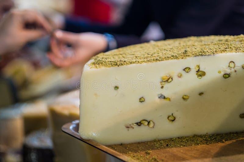Läcker ost rullar in ett charkuteri arkivfoto