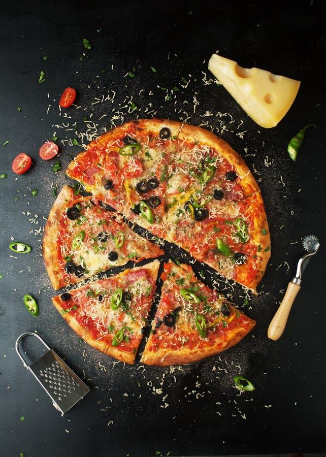 Läcker peperonipizza med nya ingredienser med chilipepp royaltyfria bilder