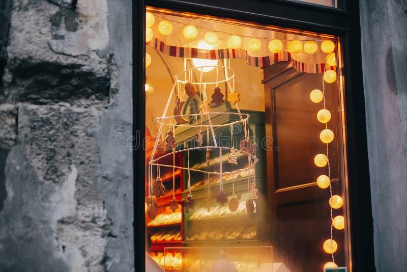 Läcker pepparkakakakaman, träd, stjärnor, stilfull jul royaltyfri foto